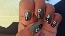 Grey flowers manicure